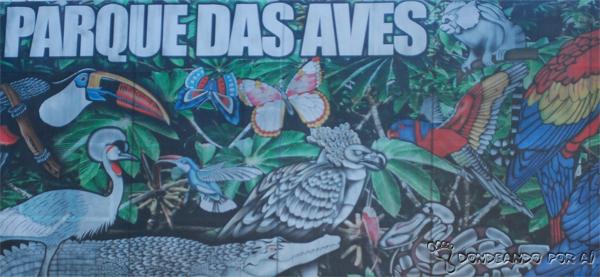 Painel de entrada do Parque das Aves Foz do Iguaçu Parque das Aves em Foz do Iguaçu: quando pássaros voando valem mais do que na mão