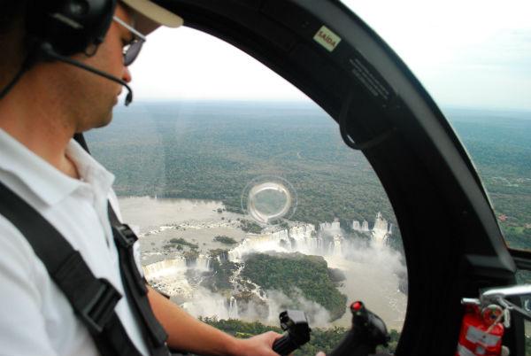 Sobrevoando de Helicóptero as Cataratas do Iguaçu Cataratas de Foz do Iguaçu: dicas para uma experiência em cinco sentidos