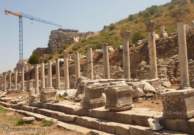 Ruínas Kusadasi com gruas de escavação ao fundo