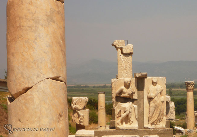 Ruínas de Éfeso - pilastras de mármore são uma  herança dos gregos e jônios