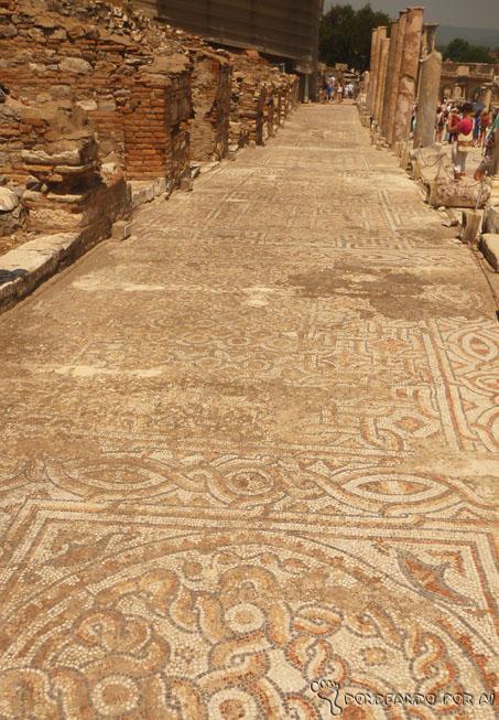 Rua dos Curetes: os mosaicos que viram a chegada de Marco Antônio e Cleópatra resistem até hoje.