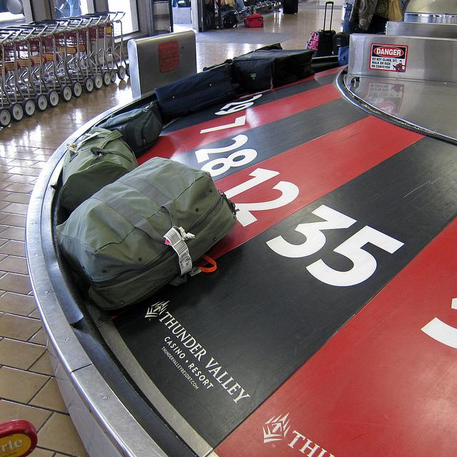 Ação promocional no aeroporto em que a esteira de bagagem faz as vezes de roleta.  Marketeiramente bacana, mas quem tem a mala extraviada ou perdida pode ver uma segunda interpretação nesta brincadeira. Crédito da foto: Flickr de Robert Couse-Baker