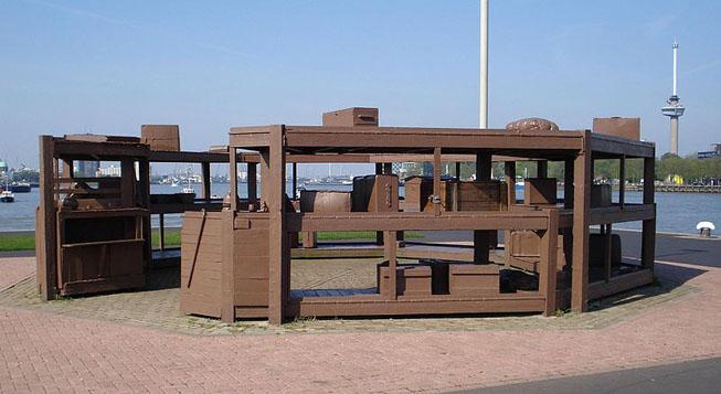"Obra chamada ""lost baggage depot"" ou ""depósito de bagagens perdidas"", de Jeff Wall, exposta em Rotterdam, Holanda. Crédito da foto: Wikifritts"