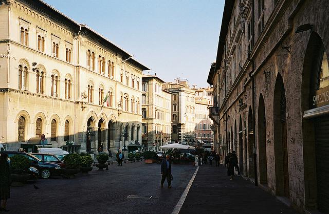 Capital da região da Umbria, a cidade tem muito a oferecer tanto no aspecto cultural quanto de agitação: dizem que as ruas de Perugia são cheias de bares e restaurantes gostosos! Crédito da Foto: Chris Yumke (Creative Comons)