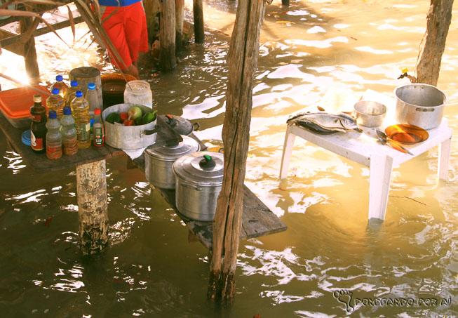 Cozinha de uma barraca de comidas ribeirinha no Maranhão