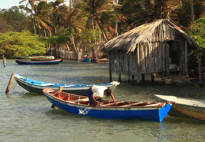 Palafitas e barcos de pescadores no Maranhão