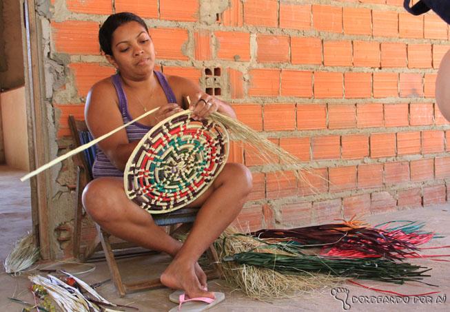artesã montando a cesta de carnaúba