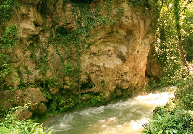 Detalhe das Pedras de Mármore da Cascata della Marmore em terni
