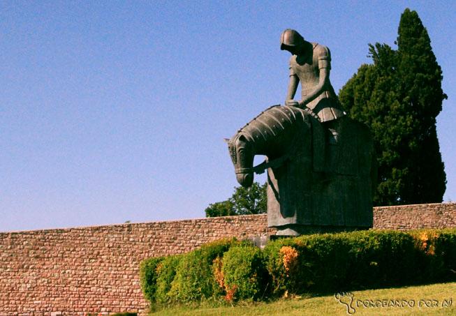 Estátua de Francisco ao voltar da guerra