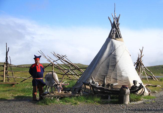 Um acampamento Sami. Os indígenas são nômades e vivem quase que exclusivamente da pesca e da criação de renas.