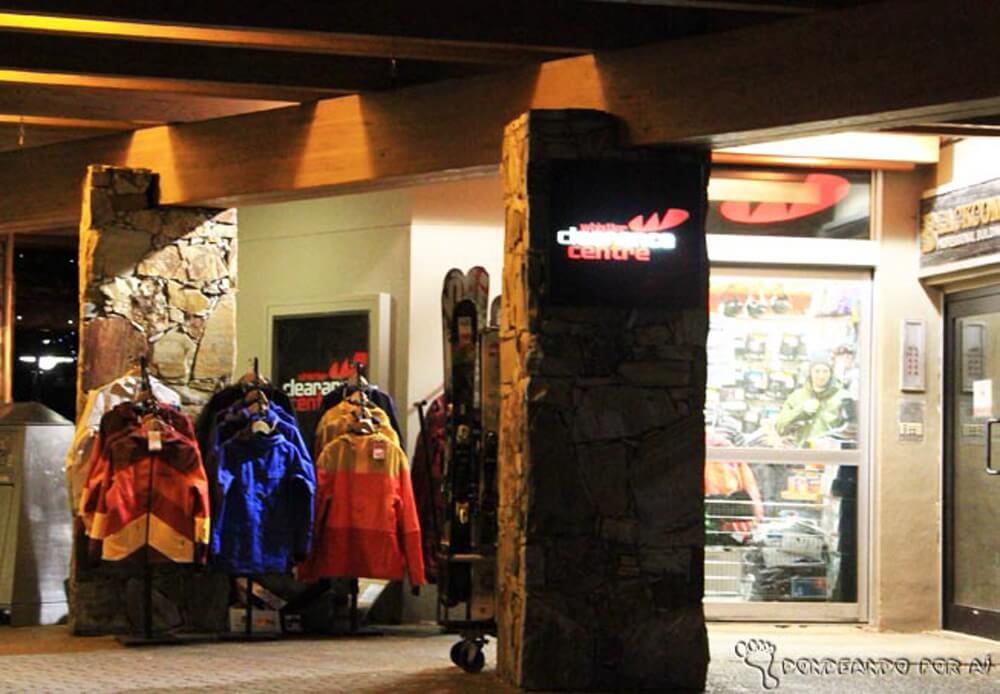 0efe61228 A loja é apertadinha, e fica todo mundo lá ao mesmo tempo: os itens para  compras, as pessoas procurando novidades, tudo ao mesmo tempo agora.
