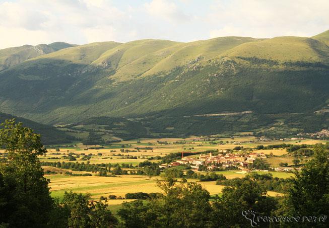 Vista das montanhas ao redor com Norcia em pleno vale