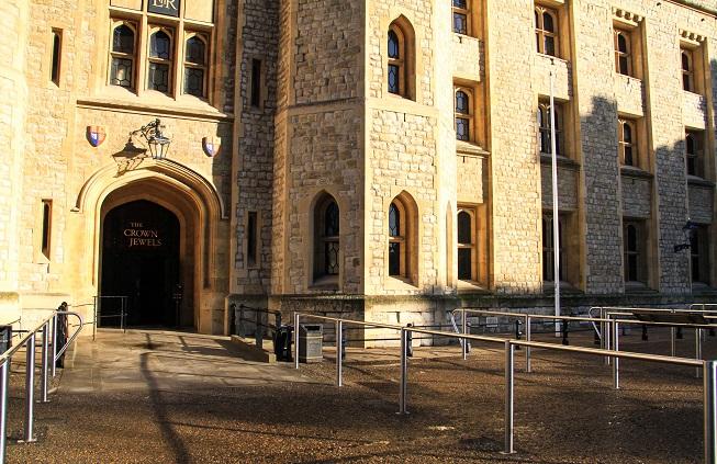 Entrada para a sala das Jóias da Coroa: é proibido tirar fotos lá dentro, mas registrei a entrada, exatamente quando eu entrei: absolutamente vazia!