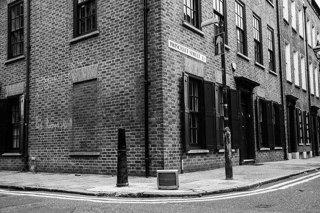 Salvo pela pequena televisão esquecida na calçada, do poste elétrico e da placa, essa foto bem que poderia ser da época de Jack, já que as construções ainda são parecidas com que havia na época.