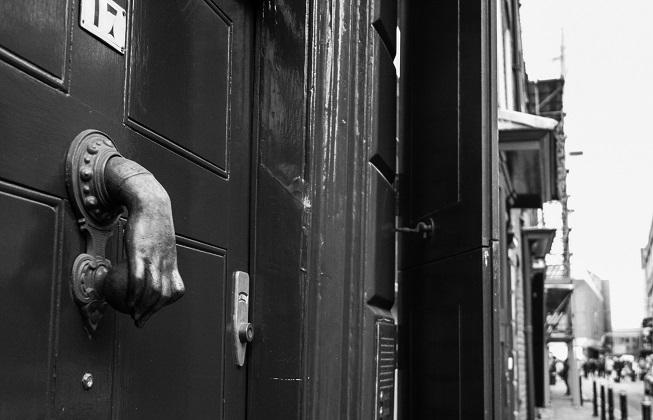 Ainda na Princelet street, é possível ver esses adornos presos nas portas.