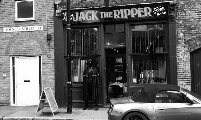 """Eu achei engraçado as  """"loja oficiais"""" que existem hoje do Jack Estripador. É oficial porque, tem autorização especial do Jack? A verdade é que ainda hoje muita gente ganha dinheiro com ele."""