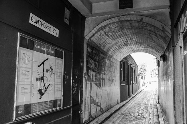 O corpo da segunda vítima apareceu na Gunthorpe Street -essa é a entrada que separa o pub onde a vítima estava e o o local onde o corpo foi encontrado, ao final da rua.