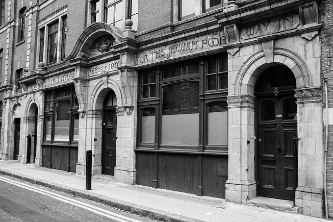 A herança judaica na região do East End está presente até hoje nas construções - e o bom de andar com uma guia é que ela ajuda a gente a perceber a história que está nos detalhes.