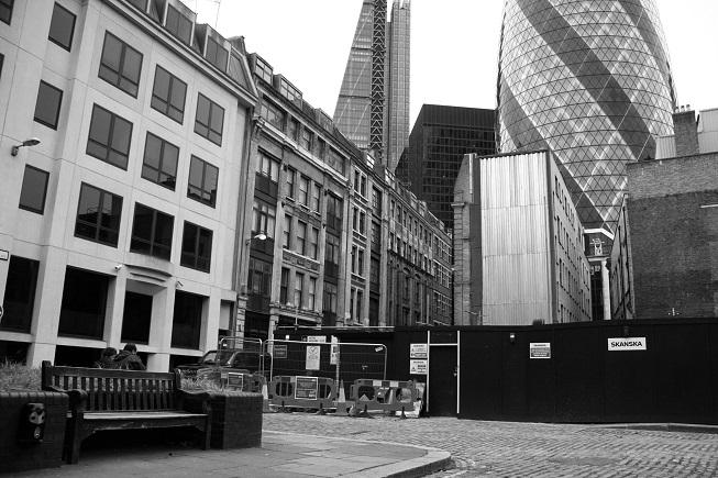 Essa é a Mitre Street, tal como está hoje. Esqueça os arranha-céus modernos ao redor e imagine a praça há mais de um século atrás: o corpo de Catherine Eddowes foi encontrado onde hoje está esse banco.