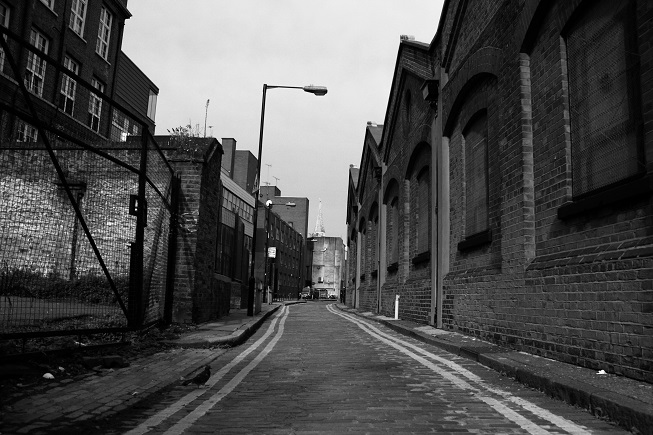 Esse trecho da rua, em especial, não mudou muito da época do crime para cá. O corpo foi encontrado na calçada do lado esquerdo.