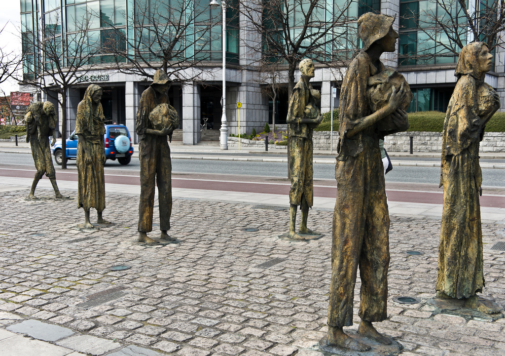 Eu tirei fotos dessas esculturas, mas o dia em que eu estava lá chovia horrores e as fotos ficaram uma droga. Estou usando essa no lugar - foto retirada do Flickr de William Murphy, com licença Creative Commons.