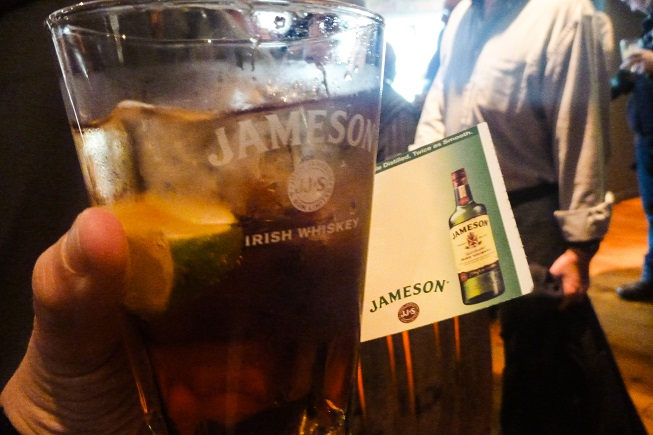Degustando um whiskey irlandês : as coisas que a gente não faz pelo nosso trabalho... ;)