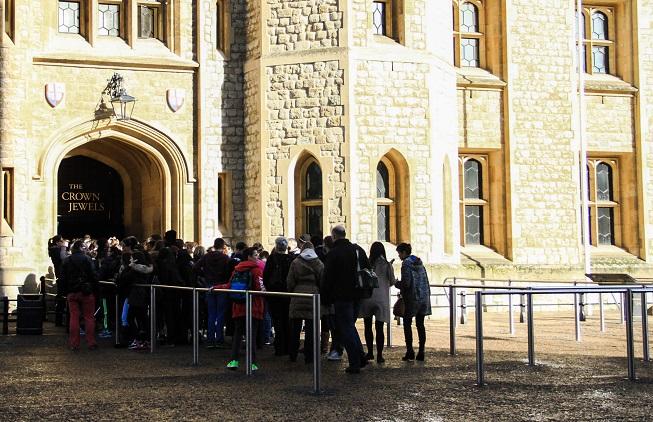 Começa a fila para a entrada do Salão das Jóias da Coroa. Note que esta foto foi tirada antes da primeira meia hora de parque aberto!